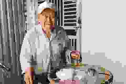 Cụ ông 90 tuổi bán đậu phộng để làm từ thiện giúp người nghèo