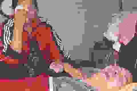 """Cha mẹ nghèo bất lực nhìn conbị chấn thương sọ não """"chết mòn"""" từng ngày"""