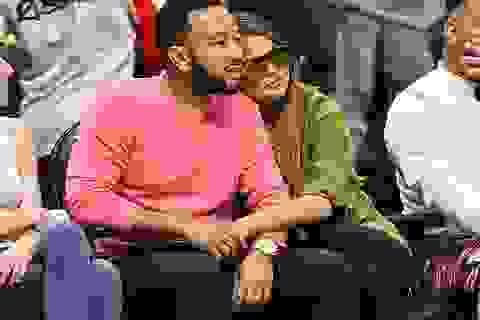Chrissy Teigen tình tứ hôn chồng khi đi xem bóng rổ