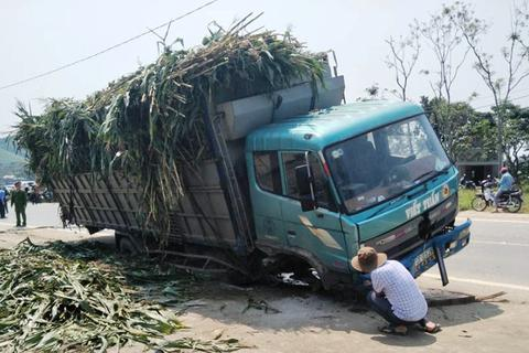 Nam sinh lớp 10 chết thảm dưới gầm xe tải