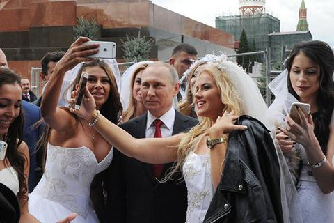 Tổng thống Putin bất ngờ vì được cô gái Nga ngỏ lời cầu hôn
