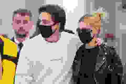Brooklyn Beckham và bạn gái đeo khẩu trang tại sân bay