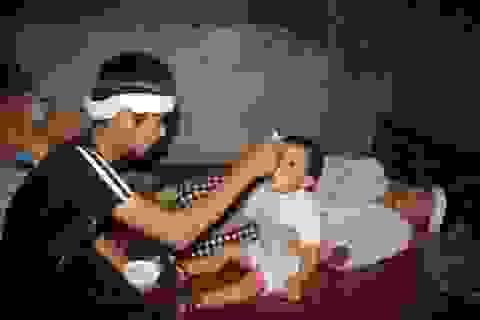 Thương lắm cậu bé mồ côi cha gồng mình cứu đôi mắt của mẹ