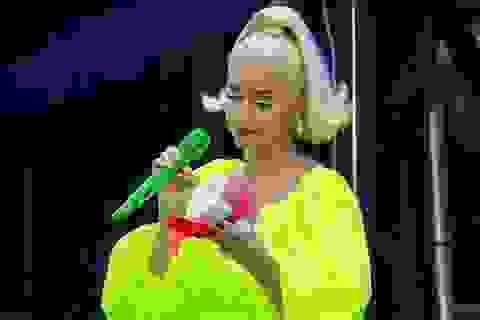 Katy Perry được fan tặng giấy vệ sinh
