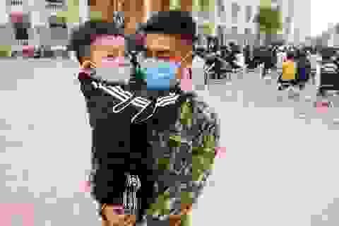 Hết cách ly ở trường quân sự: Người lớn xúc động, trẻ nhỏ ôm chặt bộ đội