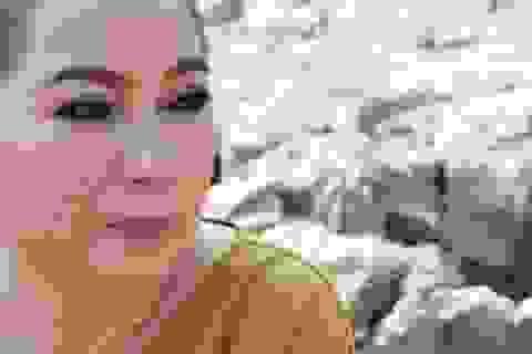 Phi Nhung rớt nước mắt khi đi cứu trợ bà con miền Tây