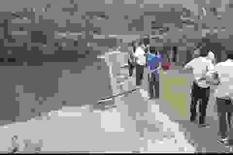 Trượt chân rơi xuống hồ nước, 2 cháu nhỏ tử vong