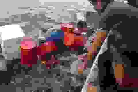 6 thuyền viên ôm can nhựa lênh đênh trên biển khi tàu bị sóng đánh chìm