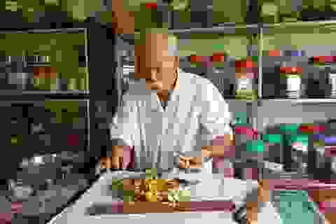 Lương y già mấy chục năm bốc thuốc miễn phí giúp người nghèo