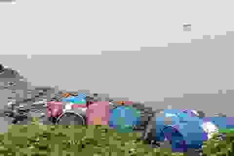 """Không bán được dầu thải, """"thương nhân"""" lén lút đem vứt ra sông Hồng"""