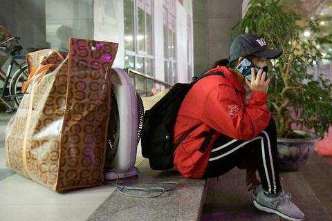 Sinh viên rời KTX trong đêm nhường chỗ cách ly: Do cấp bách, mong cảm thông