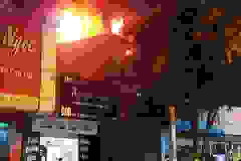 Tiệm giặt là bốc cháy giữa khu dân cư, người dân cuống cuồng sơ tán tài sản