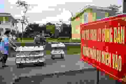 """""""Cơm cách ly"""" của 122 người dân tại doanh trại quân đội"""
