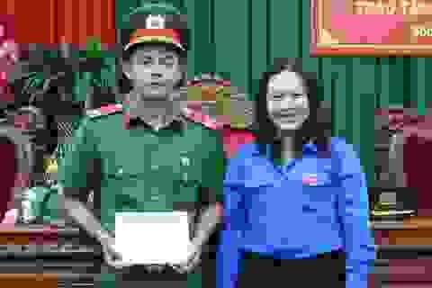 Chiến sĩ công an Sóc Trăng nhận huy hiệu Tuổi trẻ dũng cảm