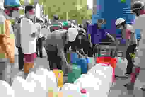 Đoàn viên VP Chính phủ tặng nước ngọt cho người dân vùng hạn, mặn