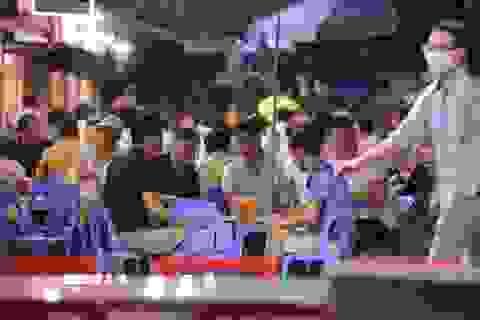 """Bất chấp """"lệnh cấm"""", nhiều quán nhậu Hà Nội vẫn tấp nập đón khách"""