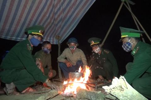 Bộ đội ngủ giữa rừng, ăn tại lán dồn sức chống dịch trên biên giới Việt-Lào
