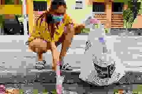 Võ Hoàng Yến dọn rác khu cách ly