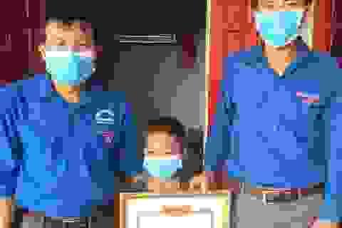 Tặng Giấy khen cho học sinh lớp 3 vì dũng cảm cứu 2 em nhỏ đuối nước