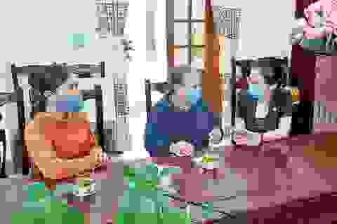 Cụ bà 70 tuổi dành tiền tiết kiệm ủng hộ chương trình chống dịch Covid-19