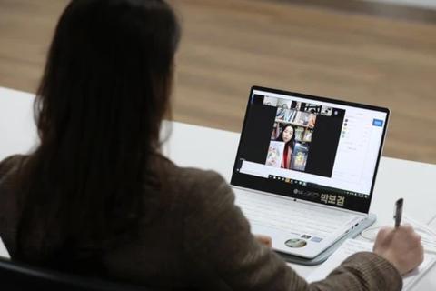 """Sinh viên phát hiện """"bí mật đáng sợ"""" của giảng viên nhờ học trực tuyến"""