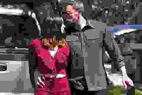 Ben Affleck hôn bạn gái trẻ trên phố