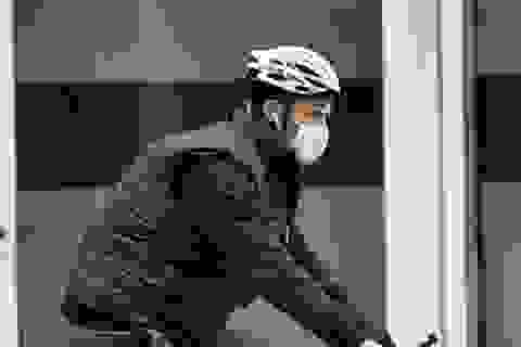 """""""Người sói"""" Hugh Jackman đeo khẩu trang ra phố"""