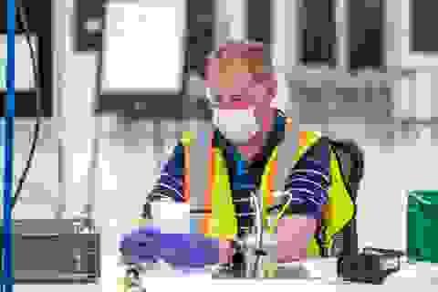 Bên trong xưởng sản xuất khẩu trang của GM tại Mỹ