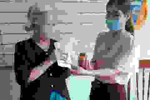 Cụ bà 87 tuổi ủng hộ tiền và đôi hoa tai vàng để phòng chống Covid-19