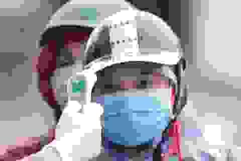 Hà Nội: Cảnh kiểm tra thân nhiệt người ra vào ở cửa ngõ phía tây thành phố