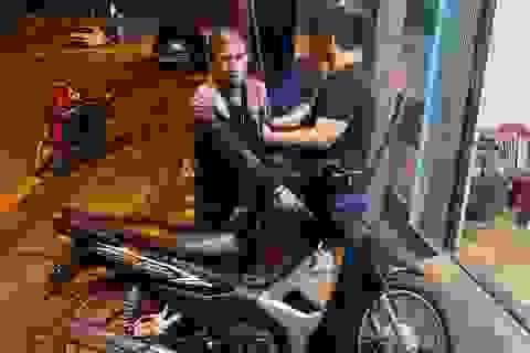 """Hà Nội: Bắt tên trộm """"hụt"""" xe máy chứa hơn 200 triệu trong cốp xe"""