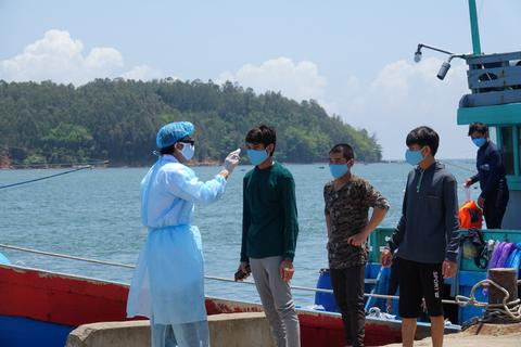 Đưa 8 ngư dân trên tàu bị Trung Quốc đâm chìm đi cách ly