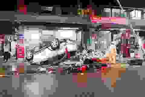 Ô tô lao vào ki ốt trong chợ rồi lật ngửa, 4 người bị thương