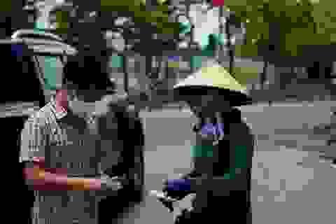 Hỗ trợ gạo cho 1.500 người bán vé số lẻ chống dịch Covid-19