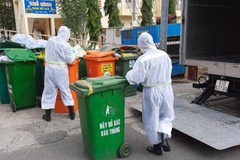 Sự hy sinh thầm lặng của những người gom rác y tế