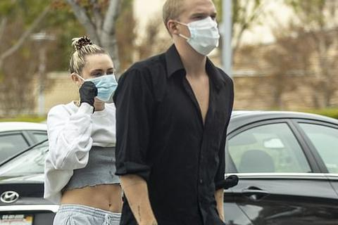 Miley Cyrus trẻ trung đi siêu thị