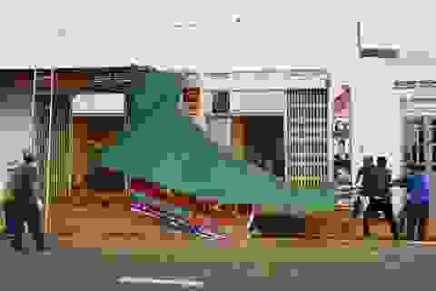 Hàng chục căn nhà tốc mái, đổ tường vì lốc xoáy