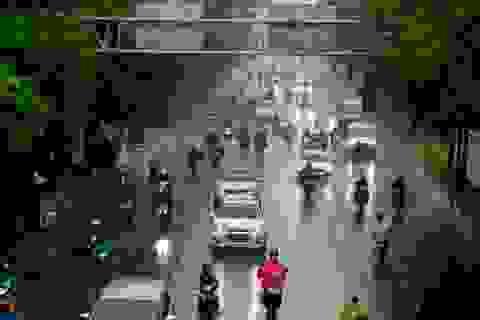 Bất chấp mưa lớn, đường phố Sài Gòn vẫn nhộn nhịp xe cộ