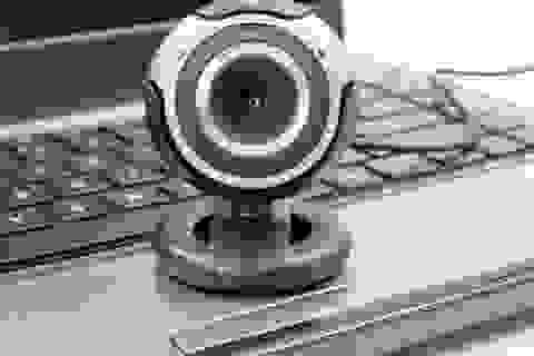 """Webcam cháy hàng, giá tăng """"phi mã"""" vì nhu cầu làm việc tại nhà"""