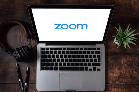 """Hai người đàn ông khỏa thân """"đột nhập"""" vào lớp học trực tuyến trên Zoom"""