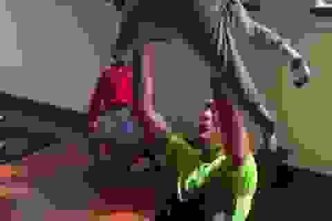 C.Ronaldo tập gym cùng… các con nhỏ