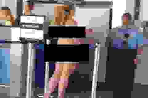 Nữ hành khách khỏa thân đi mua vé máy bay