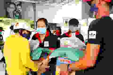 Hàng trăm phần quà tặng người nghèo, khó khăn giữa dịch bệnh Covid-19
