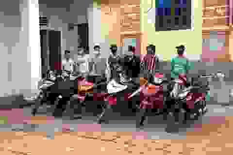 Phạt nhóm thanh niên đi xe máy không đeo khẩu trang