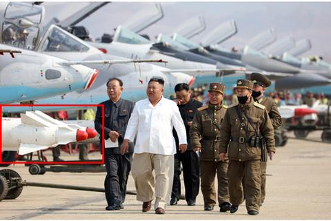 Ông Kim Jong-un thị sát máy bay chiến đấu Triều Tiên diễn tập phóng tên lửa