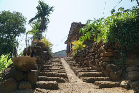 Độc đáo kiến trúc đá ong ở Vạn Tường