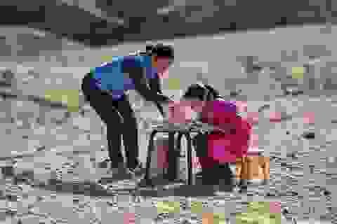 Cha mẹ chở con gái đi khắp hoang mạc tìm sóng di động để học trực tuyến