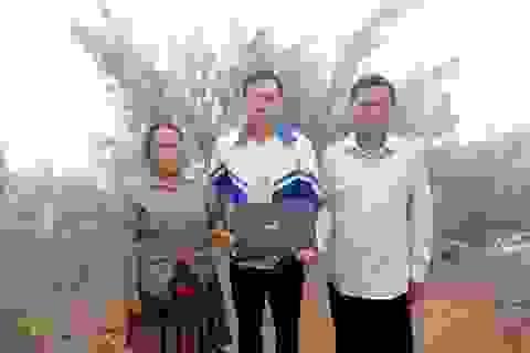 Thào A Chư hiếu học được tặng máy tính để học online