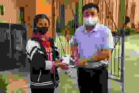 """Giáo viên góp tiền mua điện thoại tặng học sinh nghèo """"gieo chữ"""" trực tuyến"""