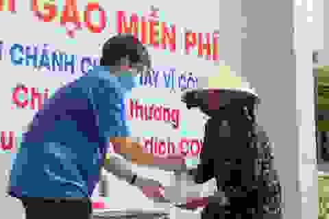 """Trường THPT đặt """"ATM gạo"""" tặng lương thực cho người nghèo"""
